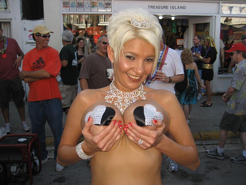 Girl showing her tits at Fantasy Fest